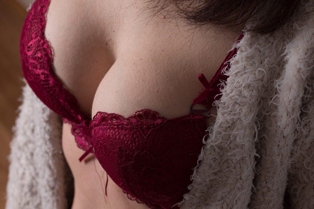 Schöne natürliche Brüste bei Frauen